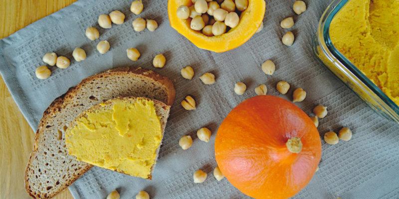 Brot mit Kürbisaufstrich, Kürbis und Kichererbsen