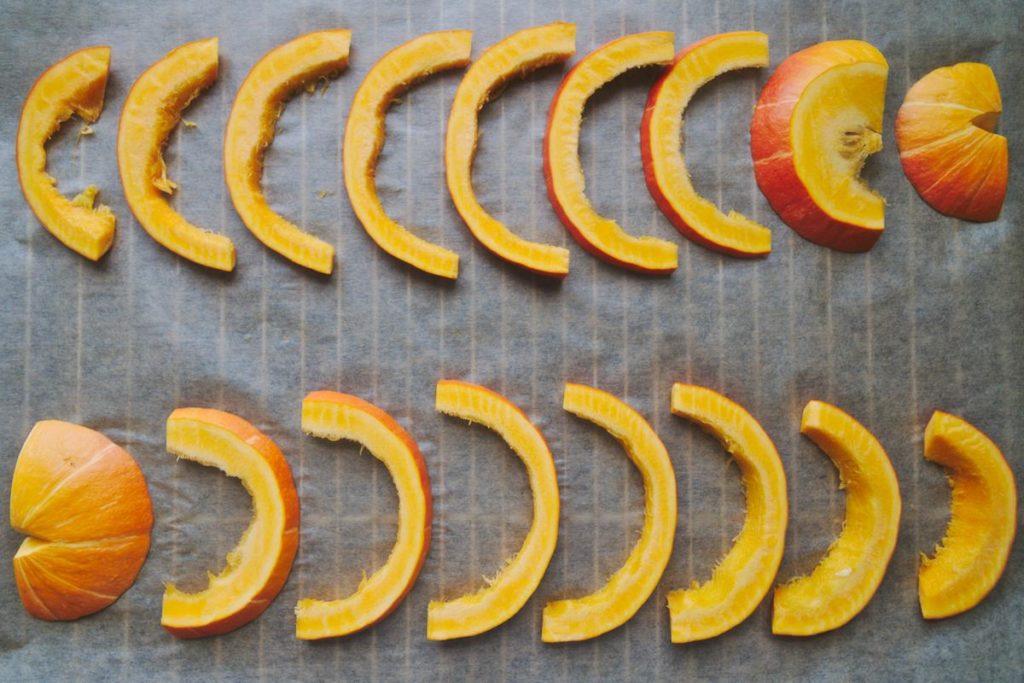 Hokkaidokürbis in Scheiben geschnitten