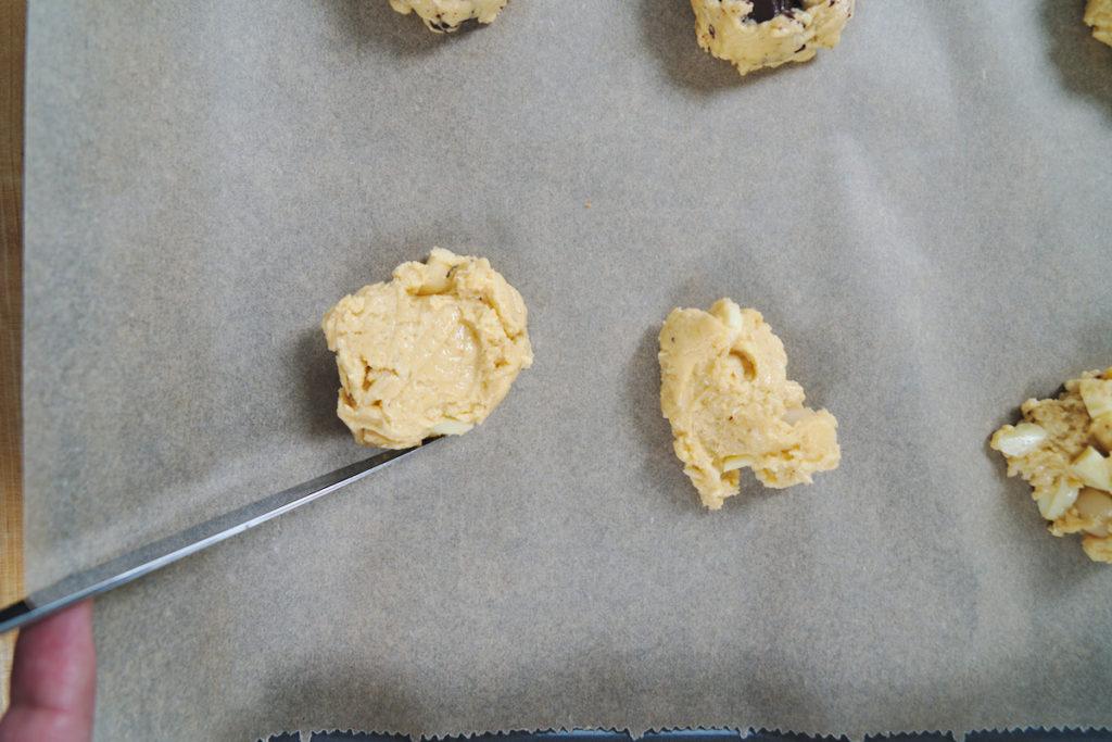 Die Cookies werden mit einem Messer in Form gebracht