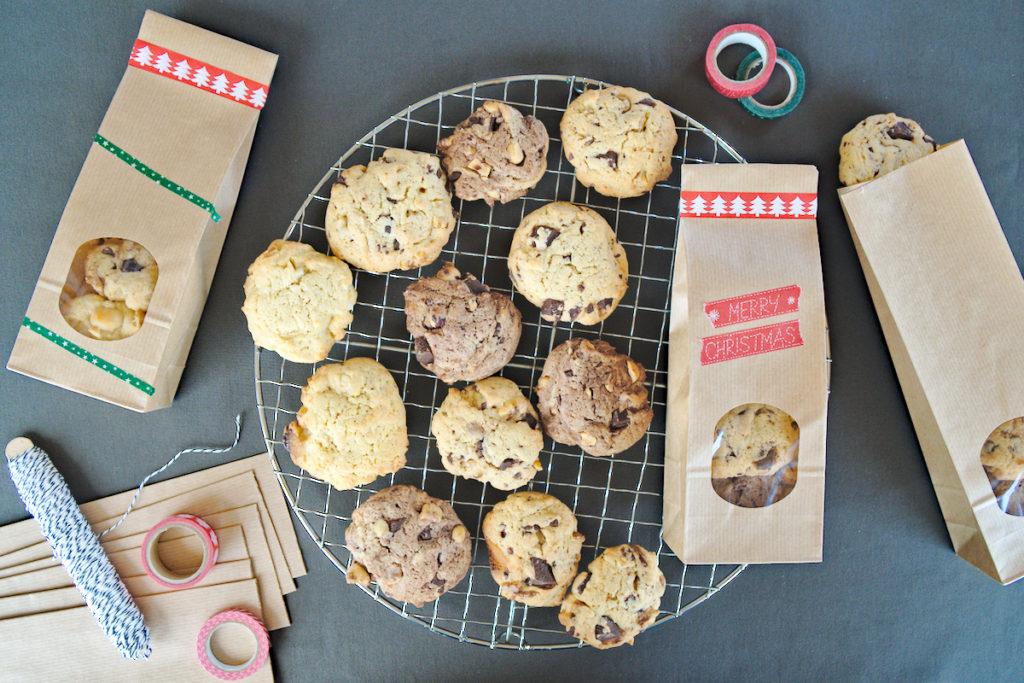 Die fertigen Cookies werden weihnachtlich verpackt