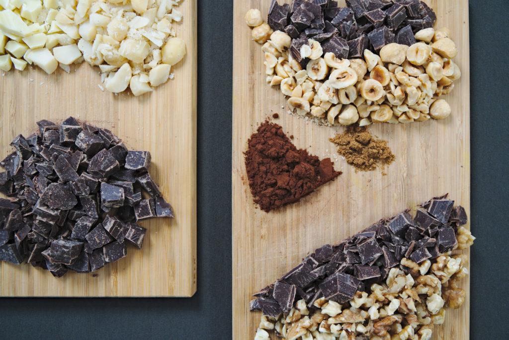Die Zutaten für die verschiedenen Varianten der Cookies: Schokolade und Nüsse