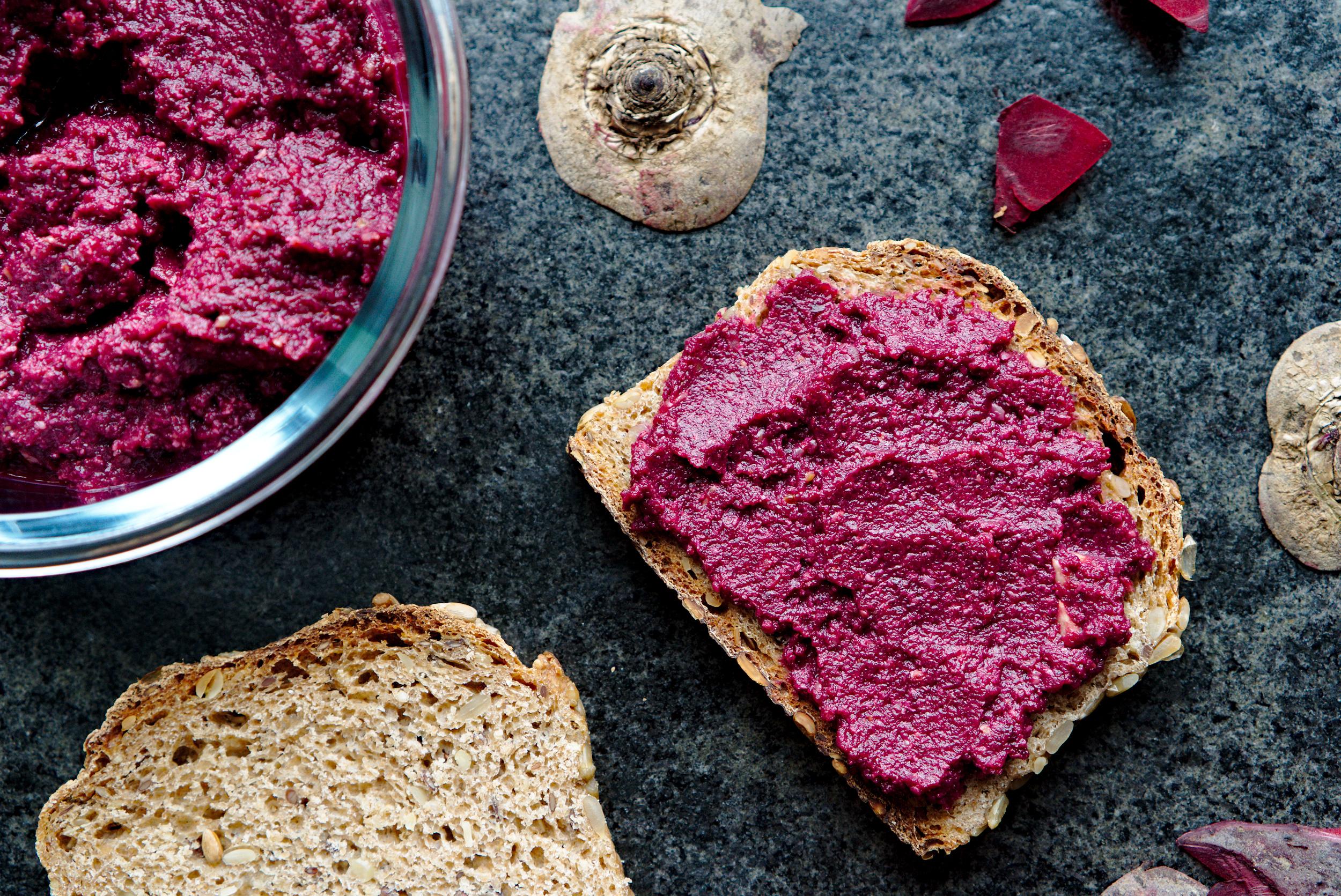 Brot mit rote Beete Aufstrich