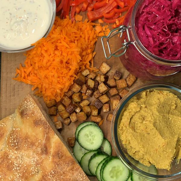 Fladenbrot mit Salat, fermentiertem Rotkraut, Linsenaufstrich und Räuchertofu