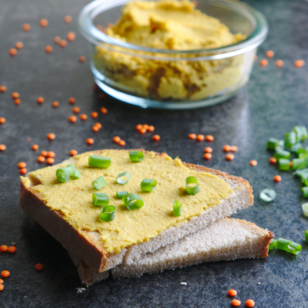 Brot mit Linsenaufstrich