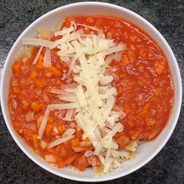 Nudeln mit Veggie-Bolo