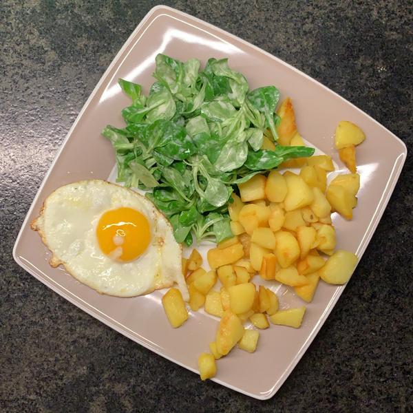 Bratkartoffeln mit Feldsalat und Spiegelei
