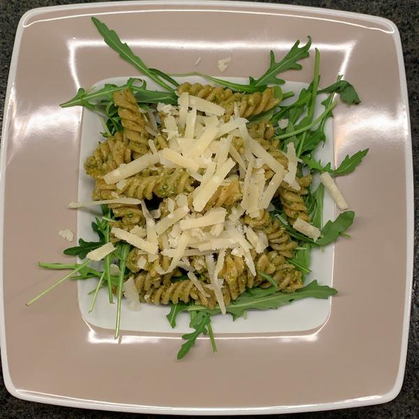 Nudeln mit Pesto und Rucola