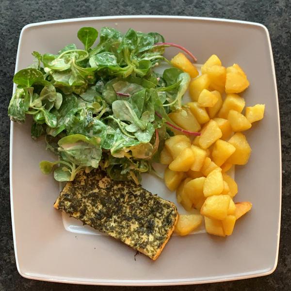 Bunter Salat mit Bratkartoffeln und Grillkäse