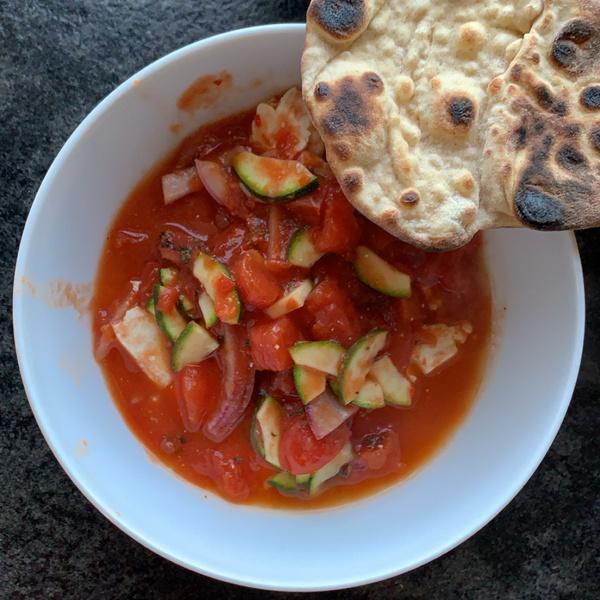 Feta und Gemüse in Tomatensoße und Naan