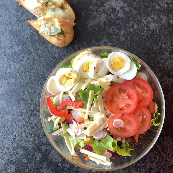 Bunter Salat mit Kräuterbaguette
