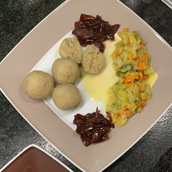 Kartoffelklöße mit Rotweinzwiebeln und Gemüse