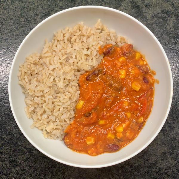 Reis mit Tomatensoße und Gemüse