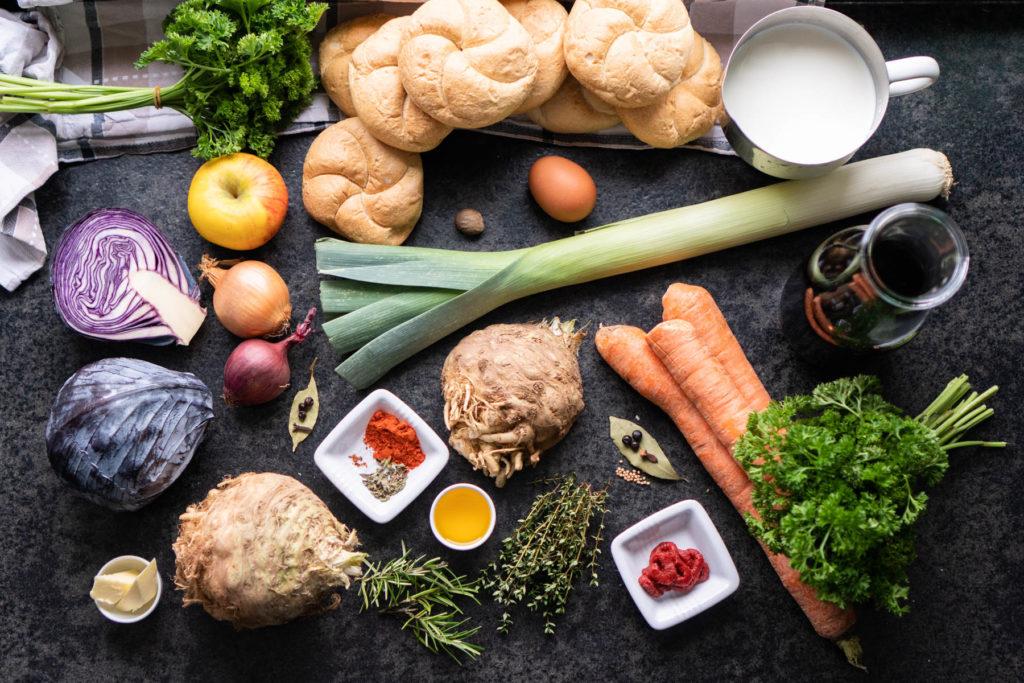 Zutaten für Selleriebraten mit Semmelknödeln, Rotkraut und dunkler Soße