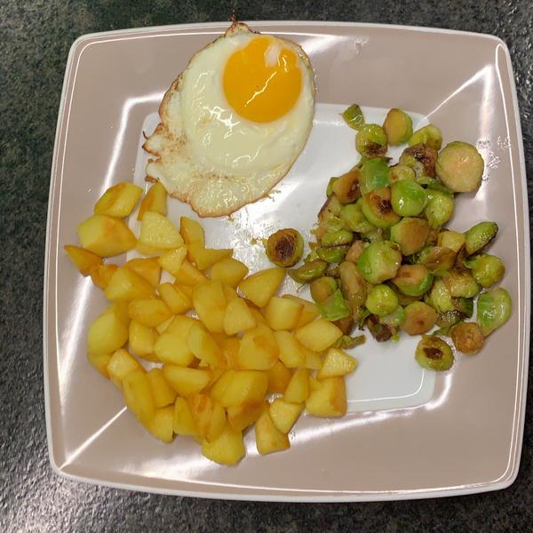 Bratkartoffeln mit Rosenkohl und Spiegelei