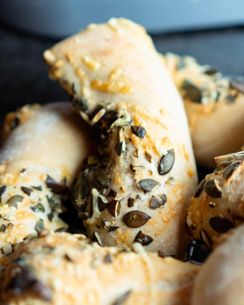Weizenbrötchen mit Kürbiskernen und Käse