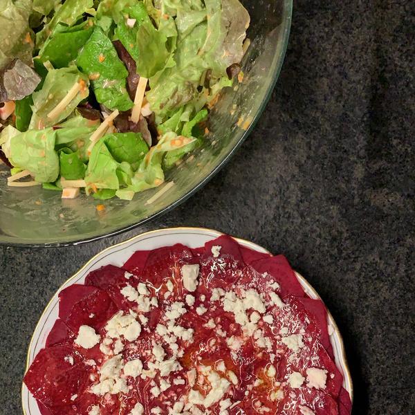 Rote Beete Carpaccio und bunter Salat